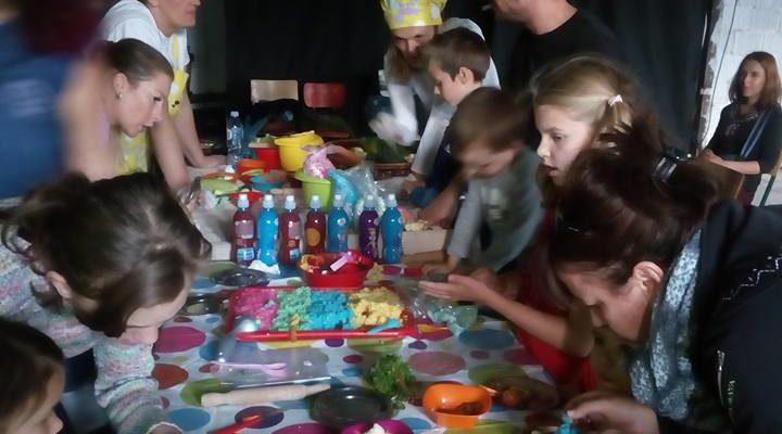 """Roditelji i deca u carstvu dobre hrane (Politika 2.10.2017) – Festival """"Od prvog obroka"""""""