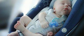 beba u sedištu
