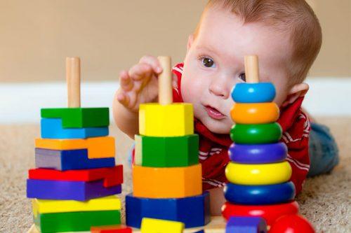 Igra kroz razvojne periode do druge godine  života  i njene terapijske moći